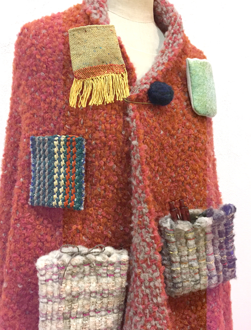 【三浦奈巳作品展〜縫って織ってできました】つけたらこんな感じ!「ポケットブローチ」とあったか「手織りバングル」