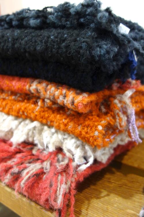 【三浦奈巳作品展〜縫って織ってできました】つけたらこんな感じ!「ポケットブローチ」とあったか「手織りバングル」_a0017350_05453493.jpg