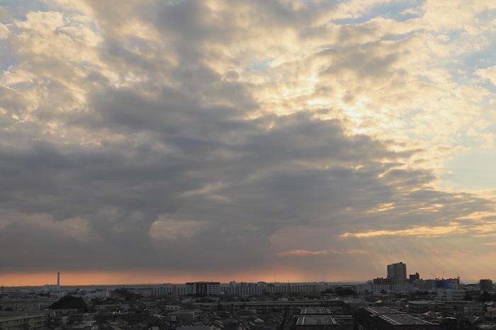 低い層積雲からの光の筋_b0268615_742780.jpg