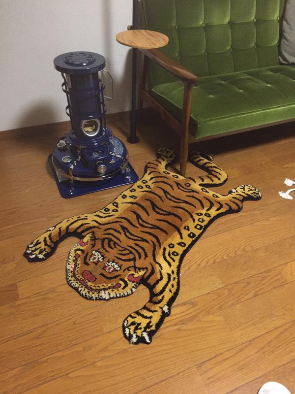Tibetan Tiger Rug と Kチェア とアラジンブルーフレーム_e0130464_19095678.jpg