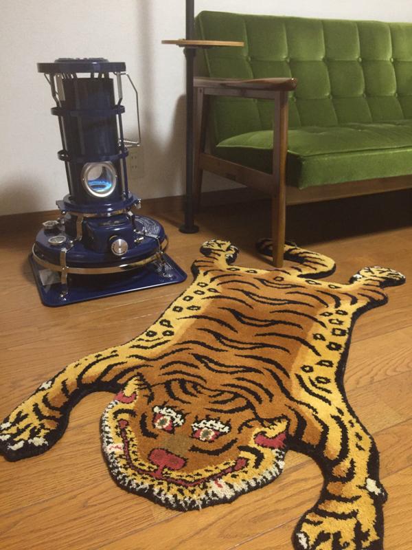 Tibetan Tiger Rug と Kチェア とアラジンブルーフレーム_e0130464_19110505.jpg