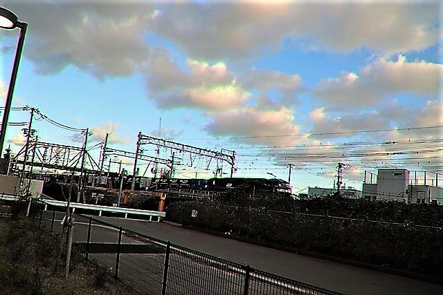 藤田八束の鉄道写真@貨物列車と秋の空、貨物列車桃太郎が東海道本線そして西宮を走る_d0181492_21474964.jpg