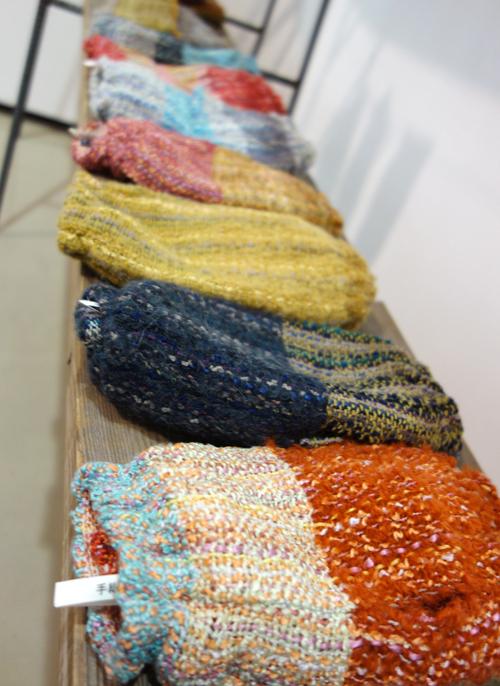 【三浦奈巳作品展〜縫って織ってできました】つけたらこんな感じ!「ネックウォーマー」&「リストウォーマー」やっぱり機能もすごかった!_a0017350_03595862.jpg