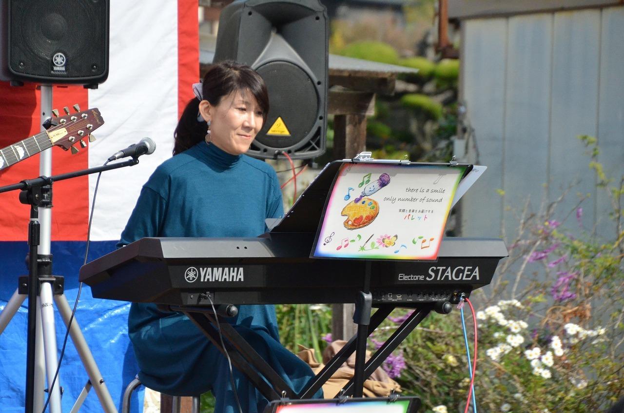 秋晴れの空の下、和白苑秋祭りで演奏させていただきました。_e0188087_22350769.jpg