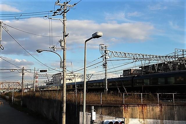 藤田八束の鉄道写真@貨物列車と秋の空、貨物列車桃太郎が東海道本線そして西宮を走る_d0181492_10053877.jpg