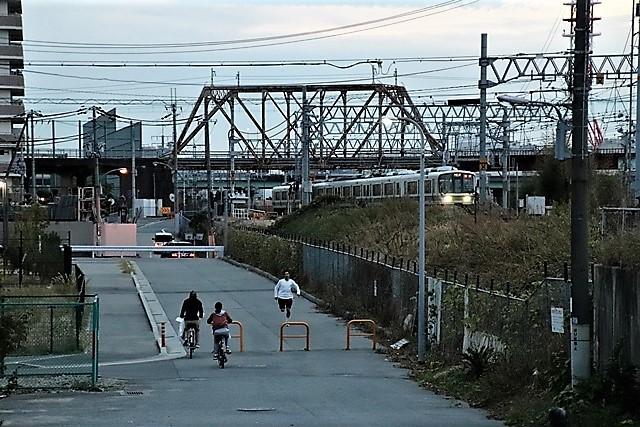 藤田八束の鉄道写真@貨物列車と秋の空、貨物列車桃太郎が東海道本線そして西宮を走る_d0181492_10272649.jpg