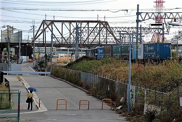 藤田八束の鉄道写真@貨物列車と秋の空、貨物列車桃太郎が東海道本線そして西宮を走る_d0181492_10310569.jpg
