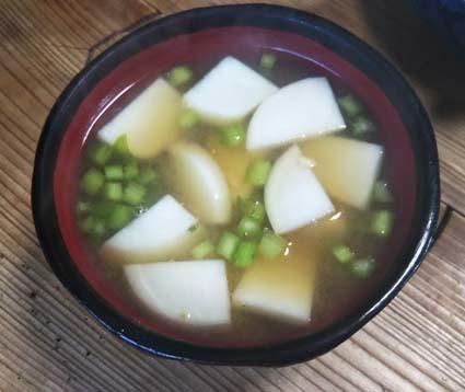 味噌汁日記:旬のカブはやわらかく甘いので、茎も一緒に使います_b0126182_22274838.jpg