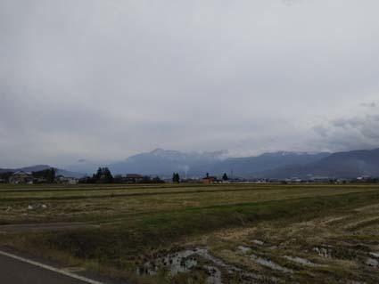 山に雪が積もり、曇り空の多くなる11月後半の日本海側です。_b0126182_22363815.jpg