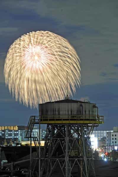 昭和飛行機の給水塔と冬の花火_f0173596_16114447.jpg