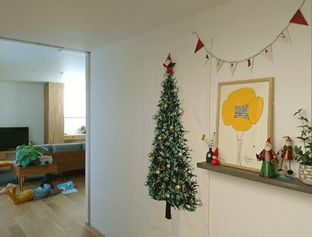繋ぎのホールにクリスマスの装い_b0183404_16165540.jpg