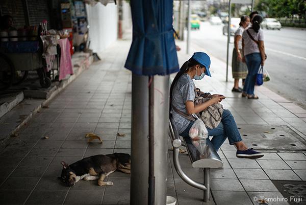 バンコクのバス停留所にて_c0030685_16552200.jpg