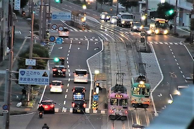 藤田八束の鉄道写真@高知市内を走る路面電車は便利なこと最高です。一日乗り放題600円で5分間隔で走っている・・・観光客は路面電車が嬉しい_d0181492_18193306.jpg