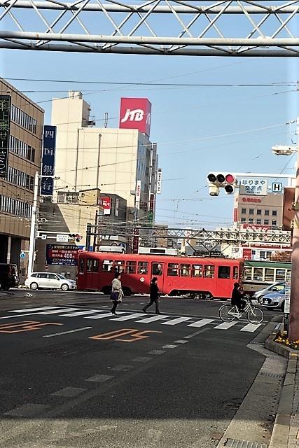 藤田八束の鉄道写真@高知市内を走る路面電車は便利なこと最高です。一日乗り放題600円で5分間隔で走っている・・・観光客は路面電車が嬉しい_d0181492_18214891.jpg