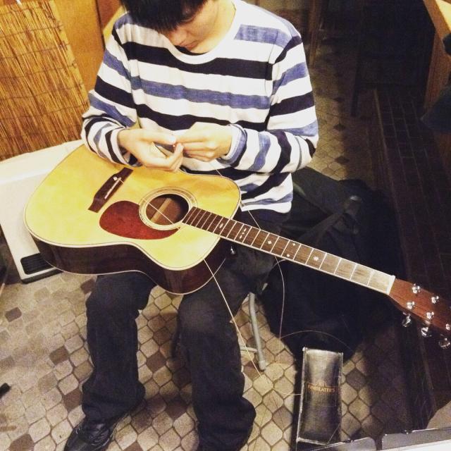見守るのも忍耐 ギターの弦交換_a0334793_22352715.jpg