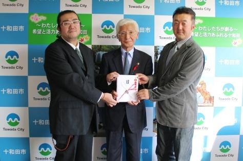 十和田ロックフェスティバル実行委員会が市に寄付_f0237658_16423672.jpg