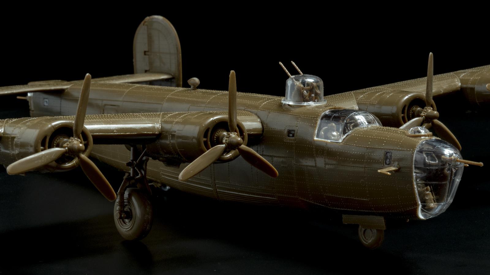 【パチ組みの月曜日】60年前の舶来キット、B-24リベレーターを貼る_b0029315_22101637.jpg
