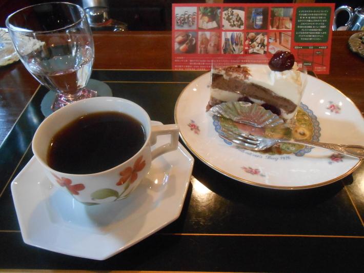 お友達の隠れ家カフェでケーキを食べ、黄葉を見ながら帰る。_a0095931_13094659.jpg