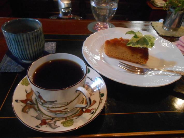お友達の隠れ家カフェでケーキを食べ、黄葉を見ながら帰る。_a0095931_13222186.jpg