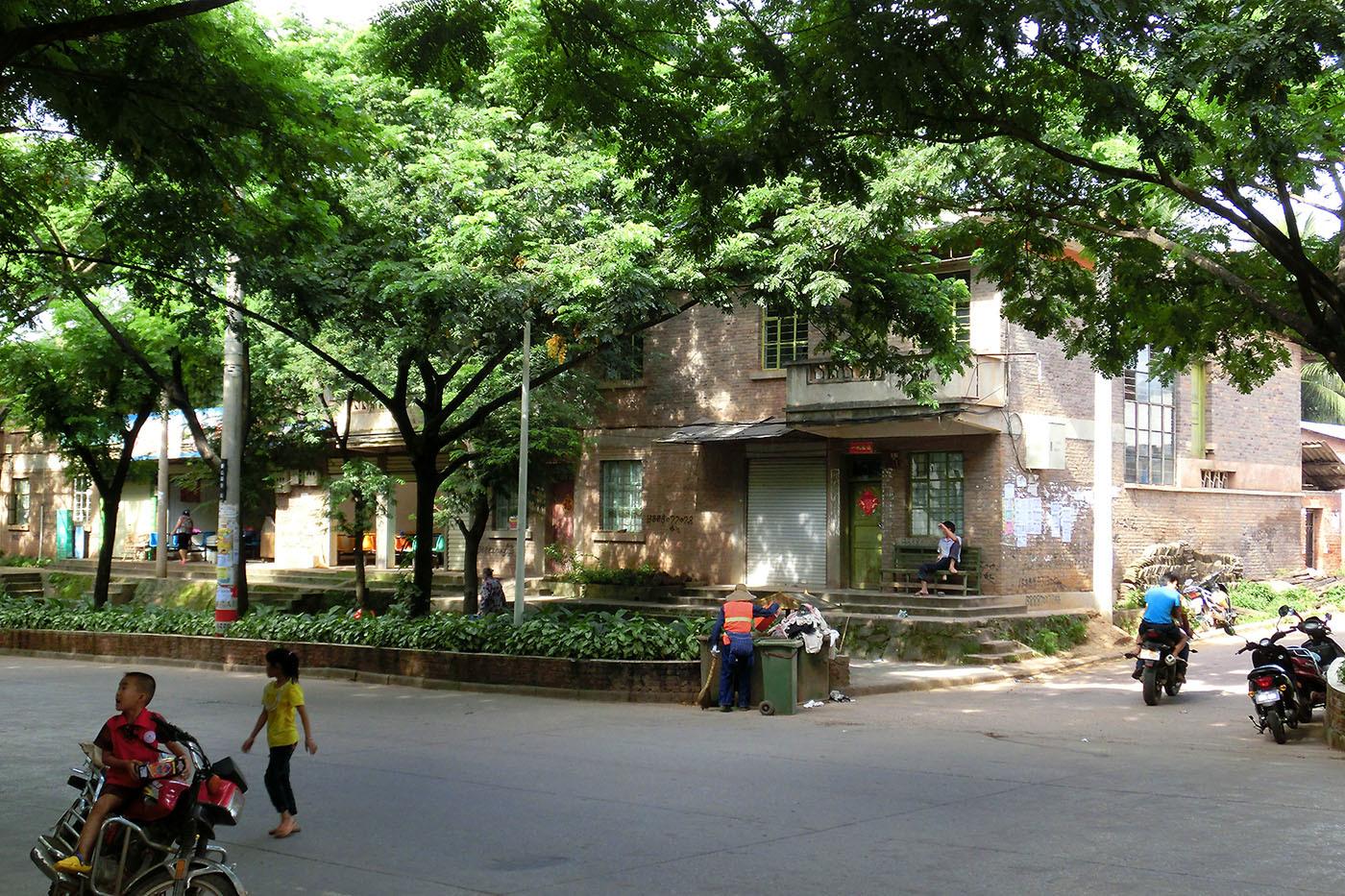 勐臘の緩やかな下り坂と集合住宅_e0100152_20563434.jpg