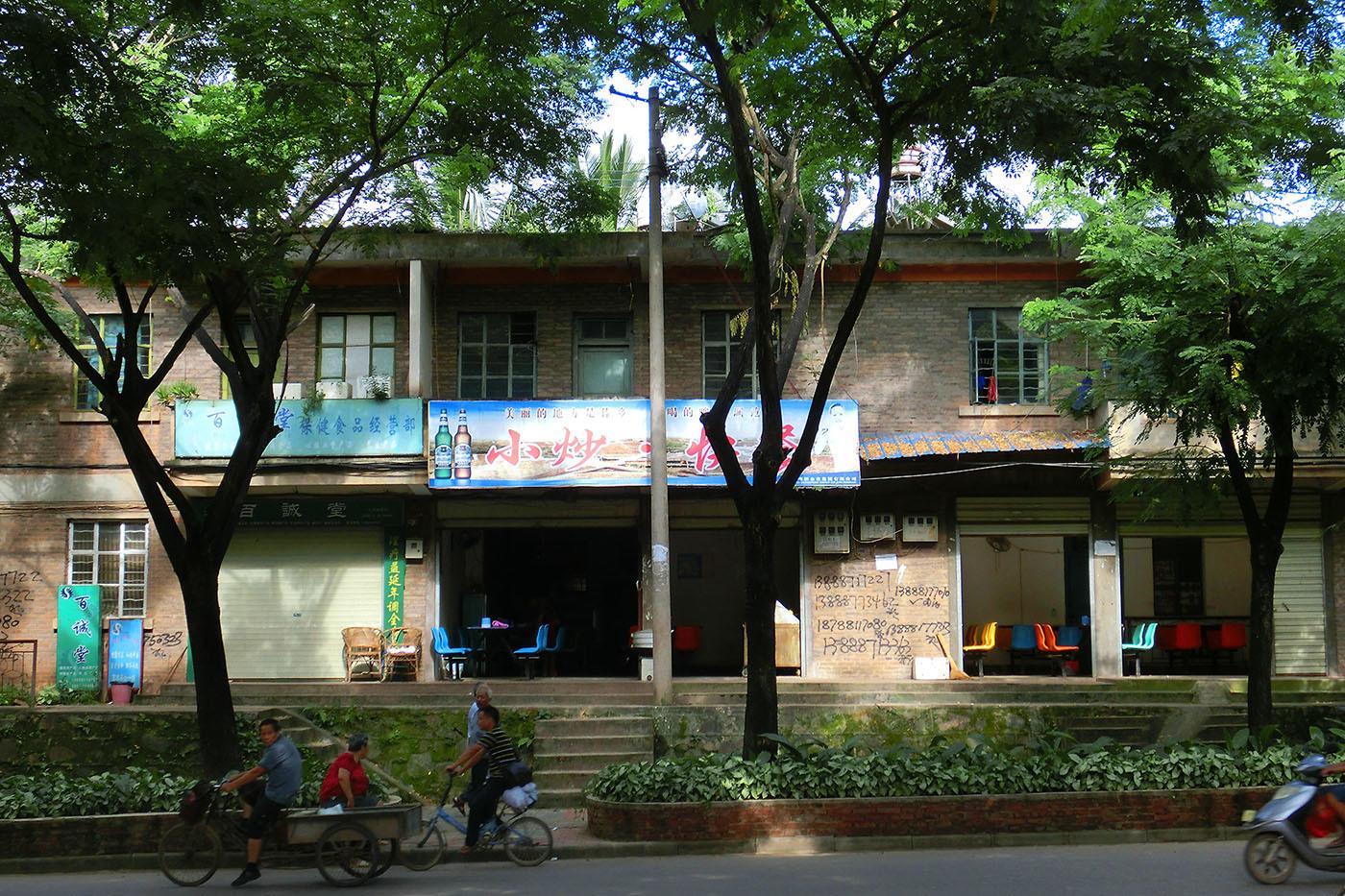 勐臘の緩やかな下り坂と集合住宅_e0100152_20565404.jpg