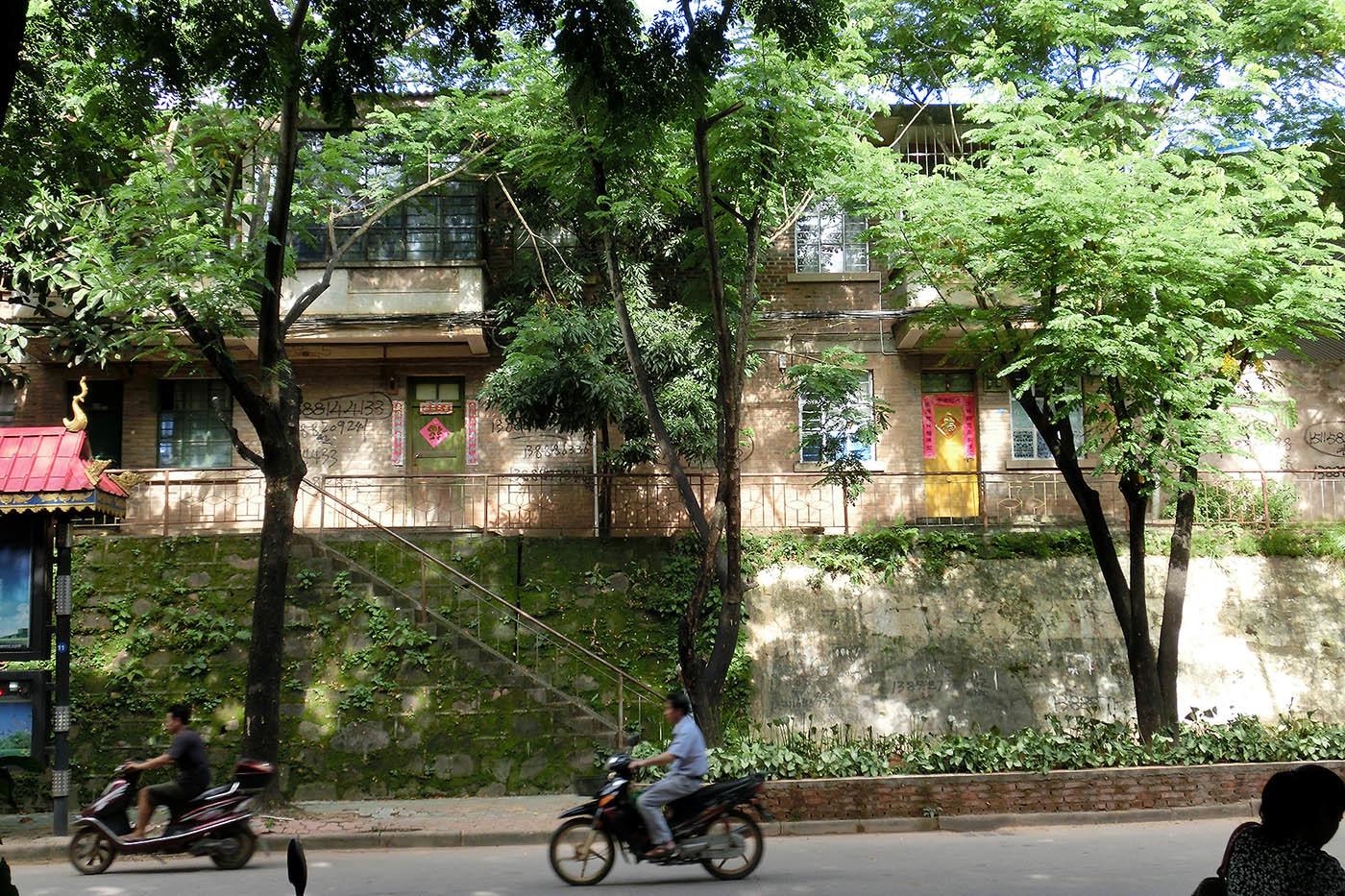 勐臘の緩やかな下り坂と集合住宅_e0100152_20570555.jpg
