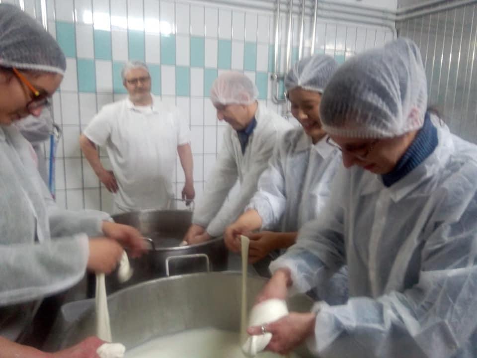 チーズ工場見学&モッツァレラづくり!_b0305039_23342273.jpg