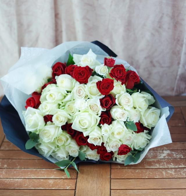 卒花嫁さまからの花のギフト お母様へ、白バラと赤バラのお誕生日お祝いに_a0042928_12221470.jpg