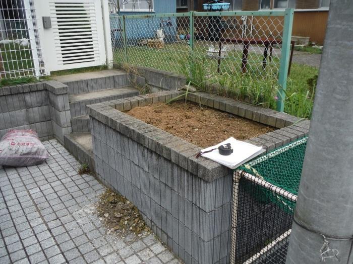 駐車場を少し広げたいんです。 ~ 花壇と階段を撤去_d0165368_04221677.jpg