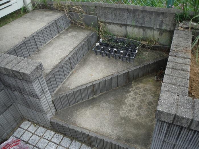 駐車場を少し広げたいんです。 ~ 花壇と階段を撤去_d0165368_04222561.jpg