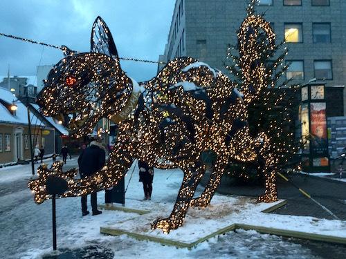 レイキャビクの街中に、クリスマスキャット登場(怖いよ〜〜)_c0003620_09274601.jpg