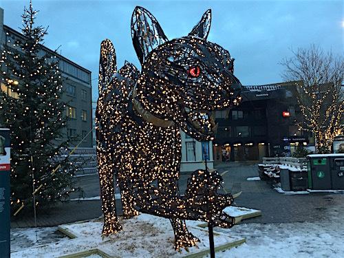 レイキャビクの街中に、クリスマスキャット登場(怖いよ〜〜)_c0003620_09274662.jpg