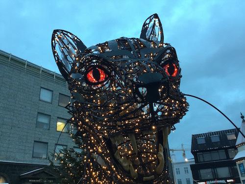 レイキャビクの街中に、クリスマスキャット登場(怖いよ〜〜)_c0003620_09274695.jpg