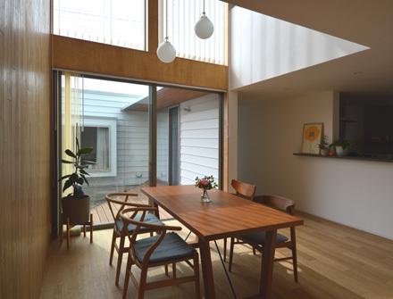 ダイニングから中庭、続く多目的室への眺め_b0183404_14490670.jpg