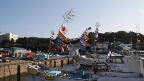 大漁旗を掲げ休む漁船_f0130879_20455846.jpg