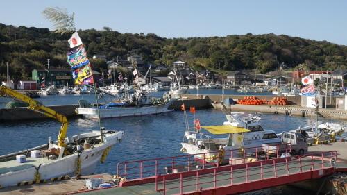 大漁旗を掲げ休む漁船_f0130879_20460187.jpg