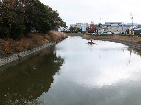 池の水をぜんぶ抜く大作戦??? at 丸亀城_e0146484_16044141.jpg