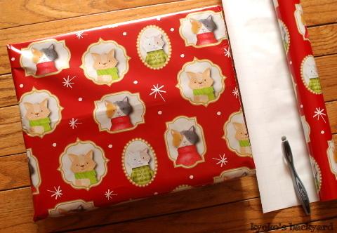 クリスマススワッグと猫柄ラッピングペーパー(と猫)_b0253205_07534694.jpg