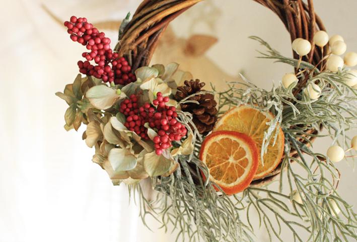 100均の造花だけで「クリスマスリース」を簡単DIY_d0351435_17375925.jpg