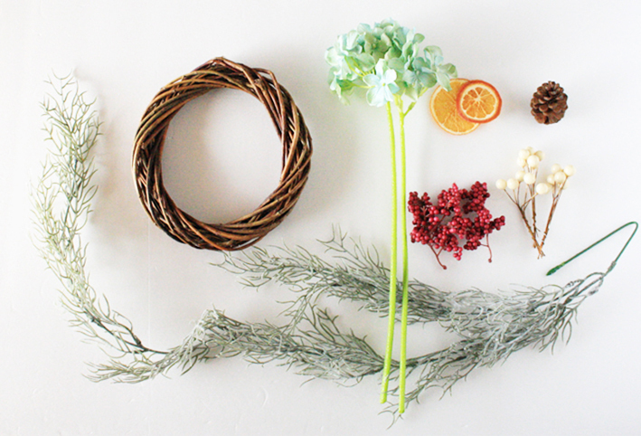 100均の造花だけで「クリスマスリース」を簡単DIY_d0351435_17513144.jpg