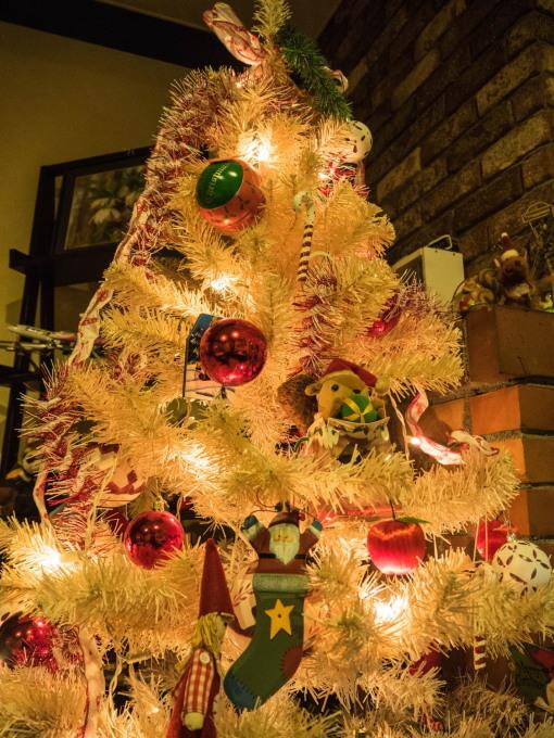 白いクリスマスツリーとエゾリス君(ホンモノ)がコラボ!_f0276498_14045661.jpg