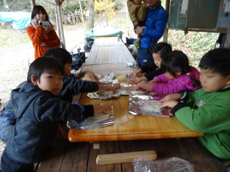孝子の森で「里山クリスマス」(ピザ職人体験&ケーキつくり)_c0108460_19560998.jpg