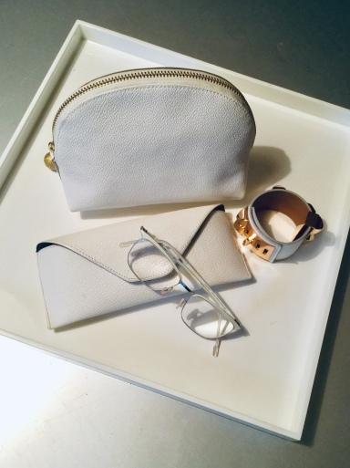 バッグの中身も「白」か「紺」_b0210699_04153331.jpeg