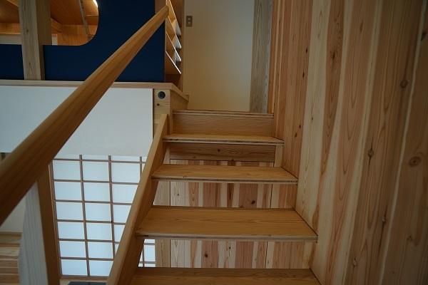 手を添えたくなる階段の手摺とは?_b0111173_18010117.jpg