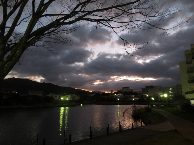 ■日没のど真ん中を――週替わり夕暮れ[12/29-30]_d0190217_22250306.jpg