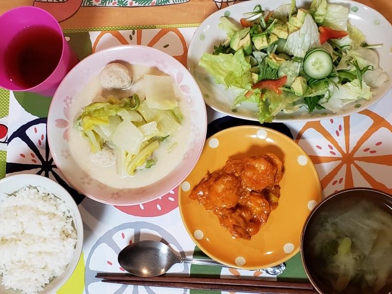 あじさい荘夕食 エビチリ 白菜クリーム煮 アボカドサラダ ご飯 味噌汁