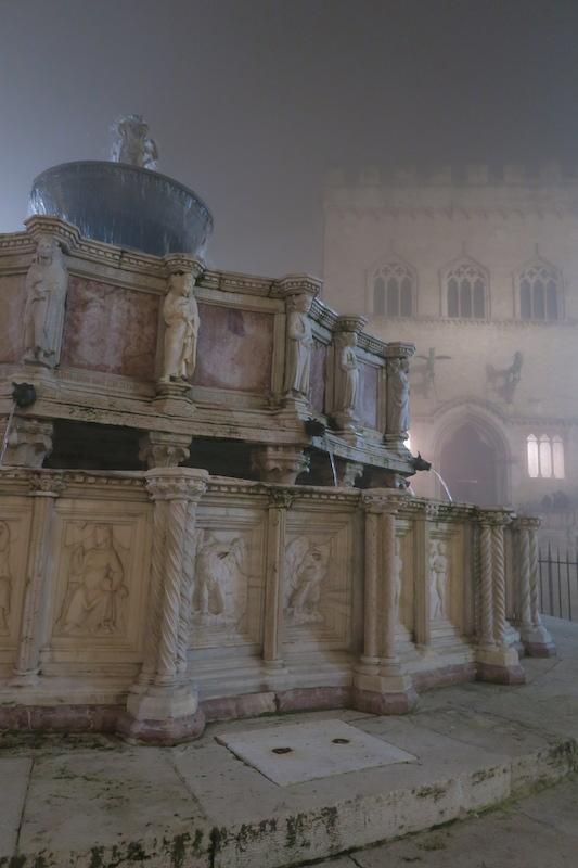 霧の夜に結婚記念祝うミサ、ペルージャ_f0234936_8321312.jpg
