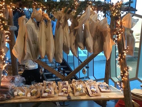 クリスマス前はフードマーケットでスマッカ三昧!_c0003620_05213612.jpg