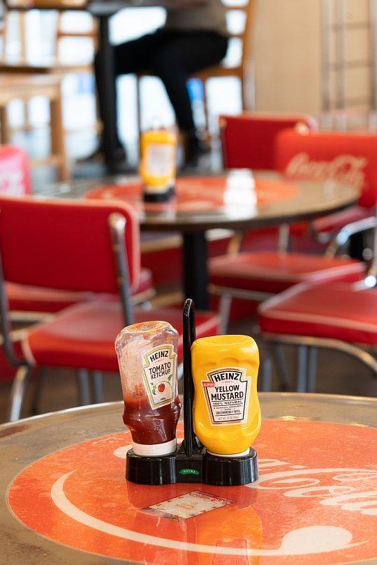 赤と白が印象的なハンバーガー屋さん_d0353489_10252776.jpg
