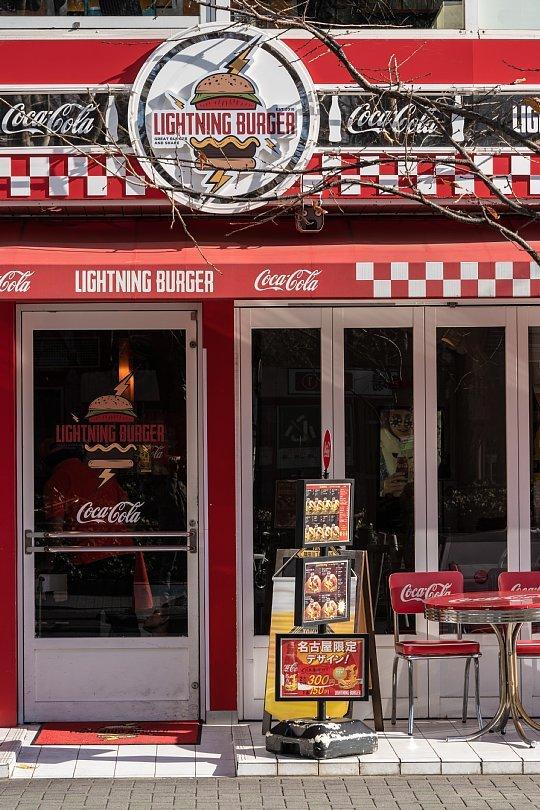赤と白が印象的なハンバーガー屋さん_d0353489_10254620.jpg